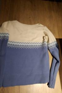 sweter niebieski ze wzorem...
