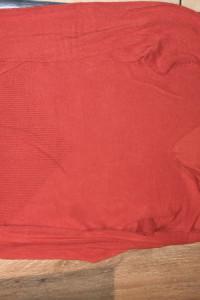 Czerwony sweterek w serek...