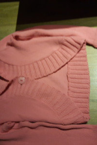 sweter różowy w serek na guzik...