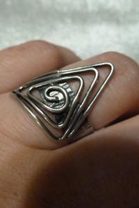 pierścionek srebrny trójkąt