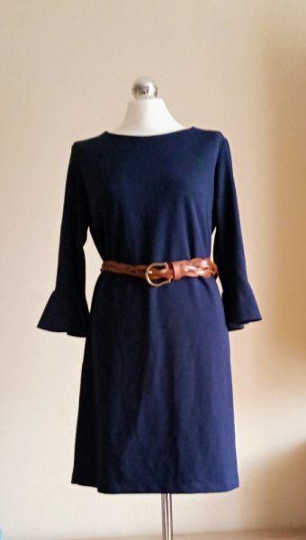 Eleganckie Szykowna granatowa sukienka midi i brązowy pleciony pasek