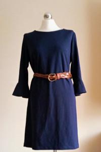 Szykowna granatowa sukienka midi i brązowy pleciony pasek