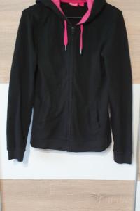 Czarna bluza z różowym kapturem