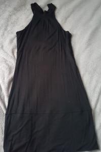 Mała czarna sukienka z dekoltem typu choker