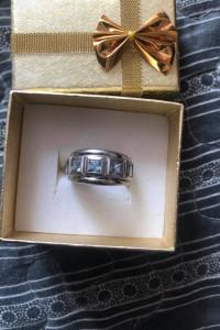 Piękny pierścionek z blado niebieskimi kamieniami 925