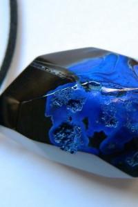 Kobaltowy agat w onyksie fasetowany kamień wisior