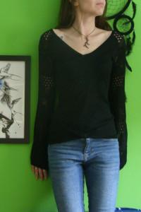 Czarny sweter z ażurowymi rękawami...