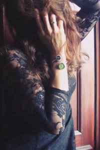 Czarna sukienka z koronkowymi rękawami czarne róże...