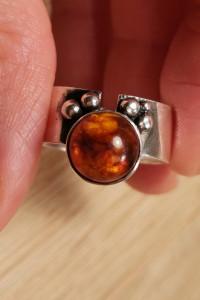 Stary srebrny pierścionek z bursztynem rytosztuka
