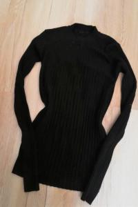 Czarna dopasowana bluzka prążkowana półgolf...