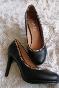 Eleganckie czarne szpilki skórzane złoty łańcuch 37