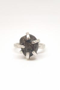 Srebrny pierścionek z kamieniem...