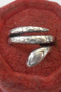 Ciekawy srebrny pierścionek w kształcie oksydowanej żmii...