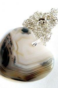 Biało beżowe serce agat Botswana ochronny kamień