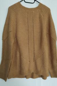 Dłuższy sweter z dzianiny...