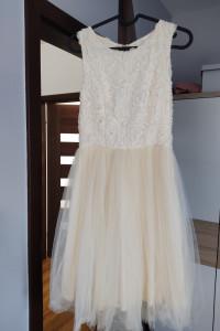Kremowa sukienka z tiulem...