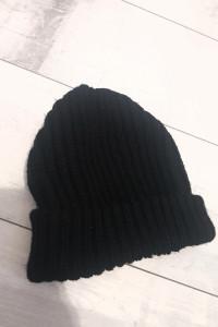 Czarna klasyczna czapka...