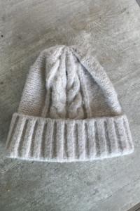 Reserved kremowa czapka zimowa warkocze