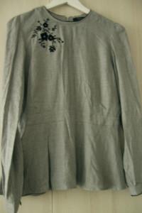 Szarą bluzkę taliowana z baskinką i czarną aplikacją S M Mohito
