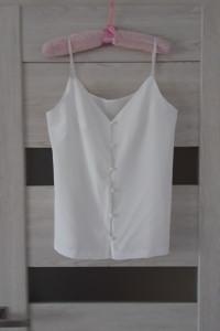Białą bluzka na ramiączkach