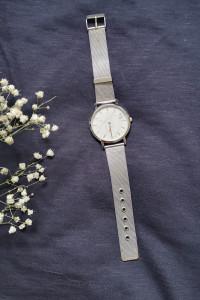 zegarek w srebrnym kolorze