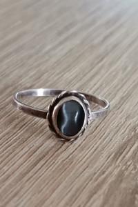 Stary autorski srebrny pierścionek z kamieniem