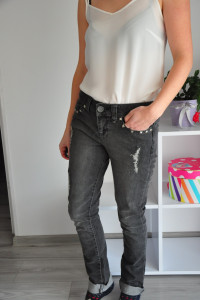 Ciemno szare jeansy