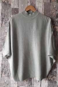 Miętowy sweter nietoperz