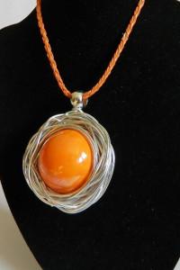 Pomarańczowa porcelana kula w srebrnym oplocie wisior...