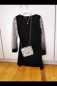 Czarna sukienka z tiulowymi rękawami z perłami...