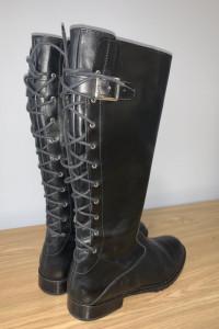 Czarne sznurowane buty do kolan...