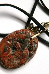 Wisiorek z orłem brązowy jaspis breksja płaskorzeźba uniseks...