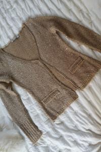 Sweter ze złotym łańcuszkiem i złotymi cekinami...