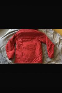 Czerwona kurtka przez głowę...