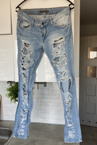 Pull and Bear jeansy z dziurami destroyed...