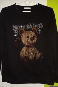 Czarna bluza z wzorem misia z cyrkonii...