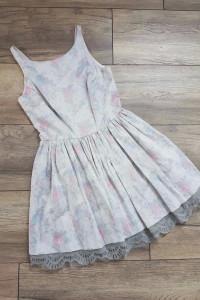 Sukienka w kwiaty srebrna River Island 36