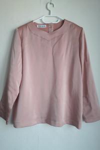 Różowa bluzka z guzikiem na szyji