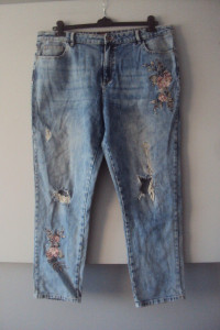 jeansy z dziurami i haftami...