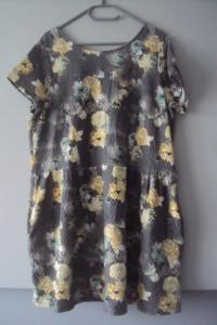 sukienka w róze z kieszeniami...