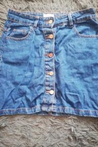 Krótka dżinsowa spódniczka z guzikami...
