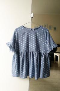 Błękitna bluzka oversize w grochy M