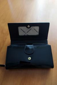 Czarny logowany portfel Monnari...