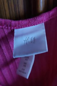 różowa koszulka top z ozdobnymi guzikami