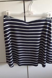 Ciemno niebieska spódniczka w białe paski...