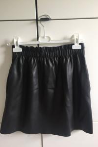 Skórzana elegancka krótka spódniczka...
