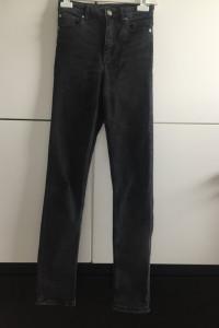 Ciemne jeansy spodnie z wysokim stanem dla wysokich osób...