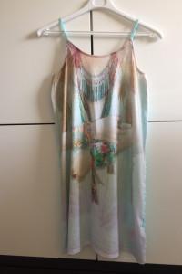 Letnia sukienka ze ściągaczem z tylu