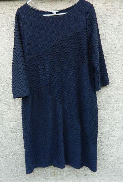 Suknie i sukienki Granatowa prosta sukienka strukturalny wzór