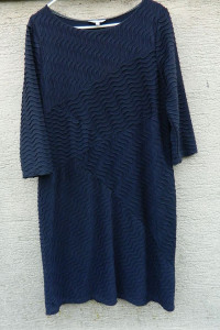 Granatowa prosta sukienka strukturalny wzór...